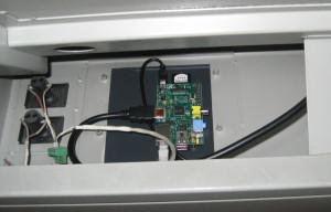 Raspberry Pi v ozadju TFT zaslona na Portugalski pošti